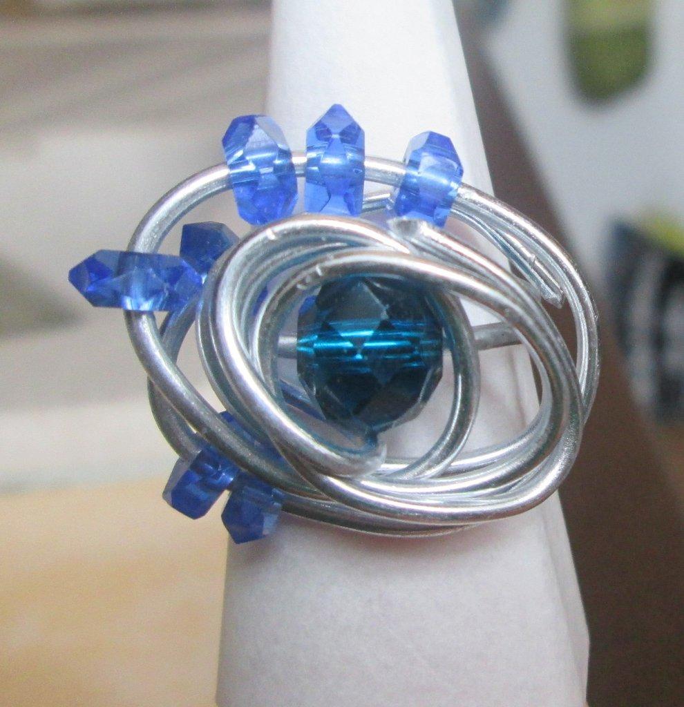 Anello wire filo argentato con perline blu