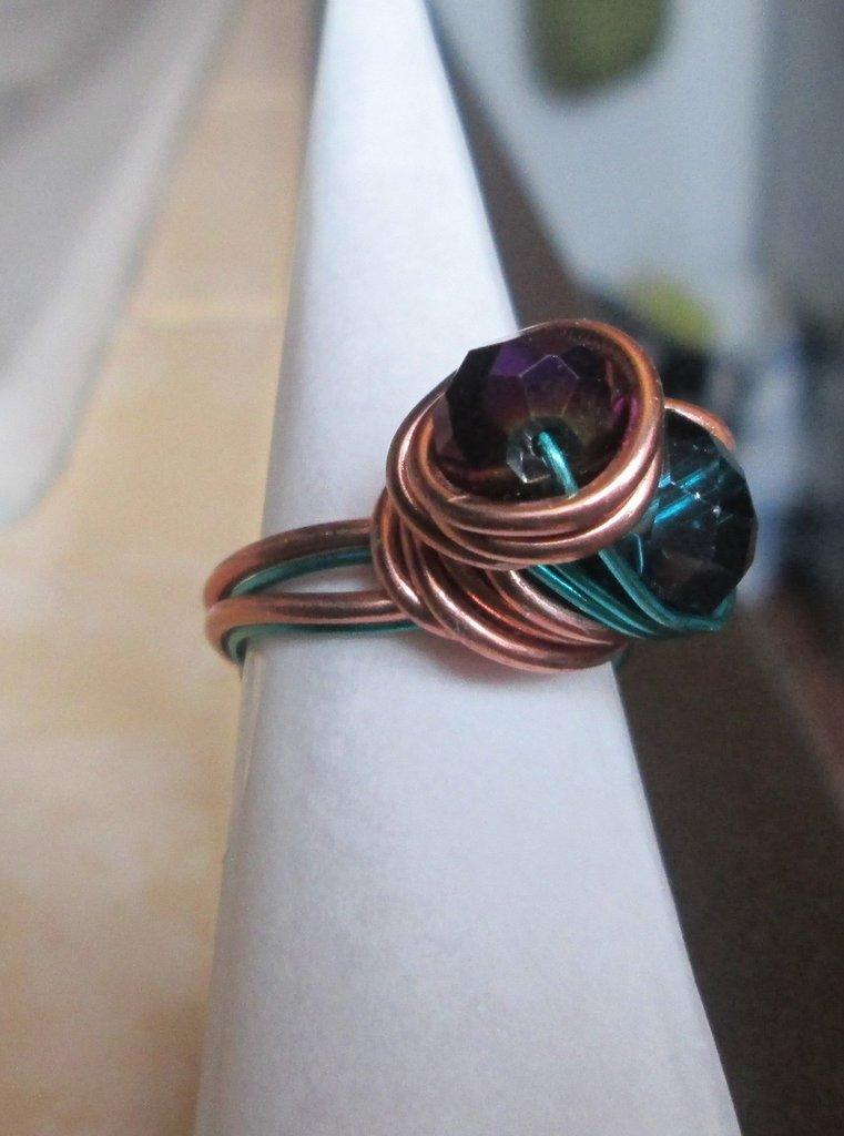 Anello wire in filo ramato e verde con perline