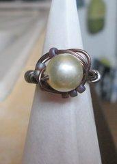 Anello wire bronzato con perla fatto a mano