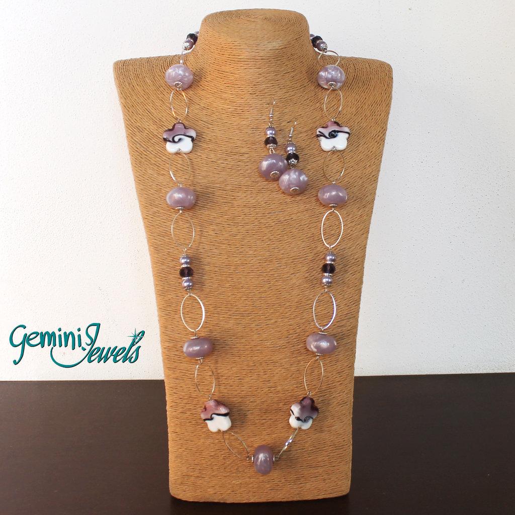 Collana lunga con perle in resina vintage lilla