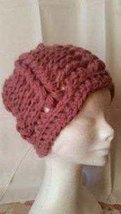 Berretto di lana fatto a mano all'uncinetto color rosa antico