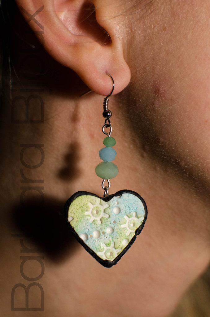 Orecchini cuore meccanismi azzurro e verde, idea regalo in pasta polimerica.
