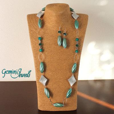 Collana lunga con perle in resina vintage verde smeraldo