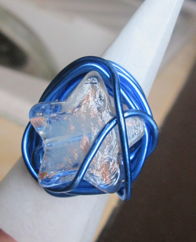 Anello wire in filo blu con stella fatto a mano