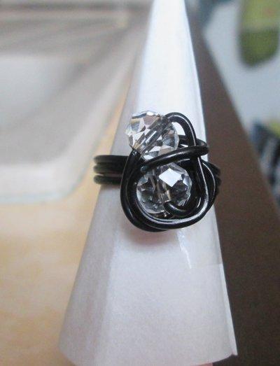 Anello wire in filo nero con perline sfaccettate trasparenti