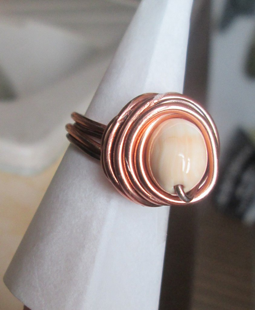 Anello wire in filo ramato e bronzato con perla in corallo rosa