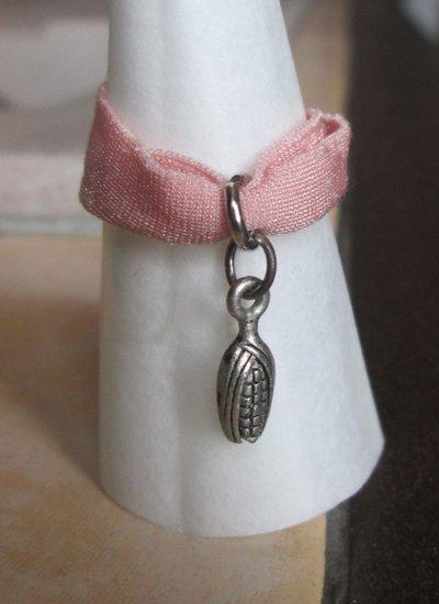 Anello in fettuccia elastica rosa con ciondolo argentato pannocchia