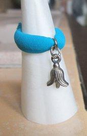 Anello in fettuccia elastica turchese con ciondolo bocciolo