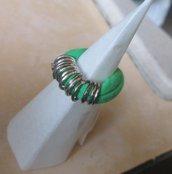 Anello in fettuccia elastica verde con anellini argentati