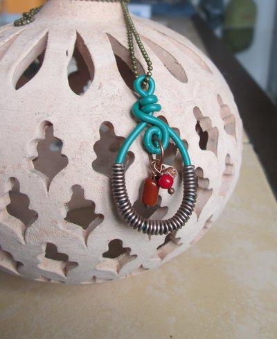 Collana lunga con ciondolo wire verde e bronzato e perline