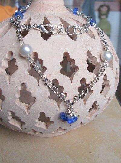 Collana argentata corta con perle bianche e perline blu