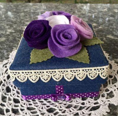 scatola rivestita in feltro blu con rose viola e lilla