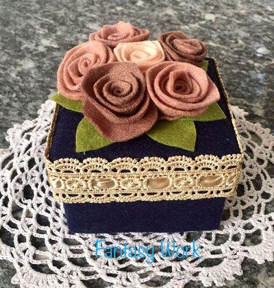 scatola rivestita in feltro blu con rose color rosa antico