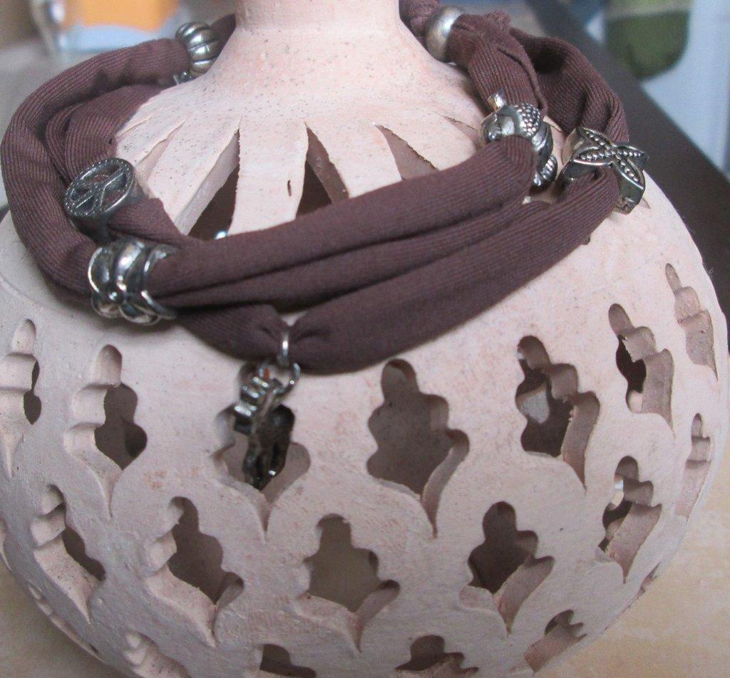 Bracciale/collana/fascia per capelli in fettuccia elastica marrone con inserti e ciondoli argentati