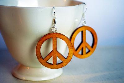 Peace - Orecchini pendenti in legno