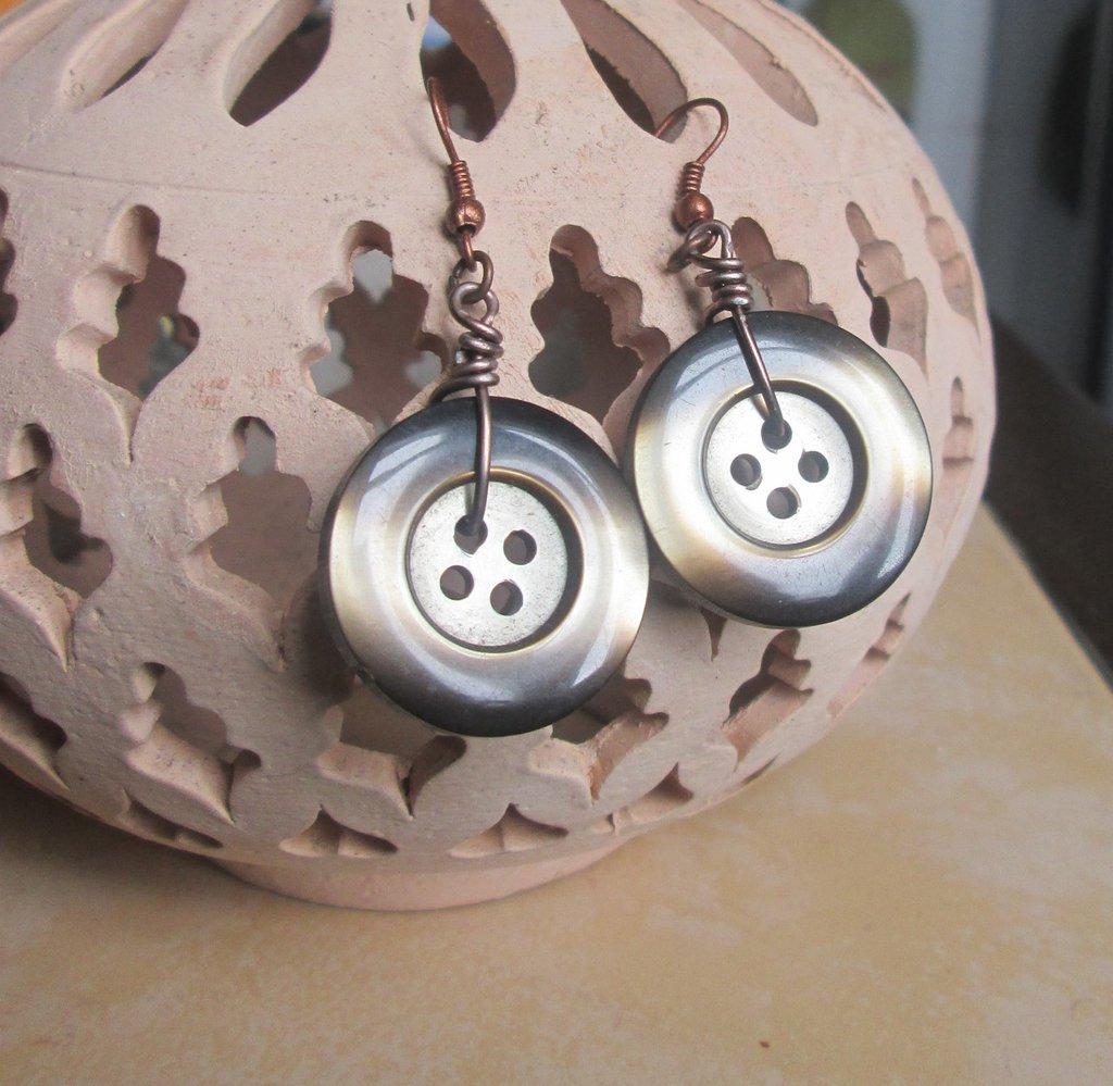 Orecchini pendenti con bottone fatti a mano