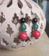 Orecchini pendenti con perle nere, verdi e corallo