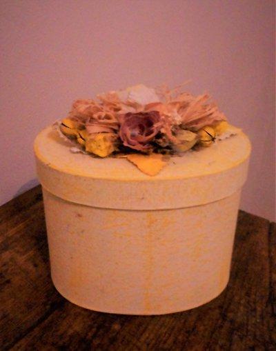 scatola con finitura gialla e decorazione floreale con rose sul coperchio