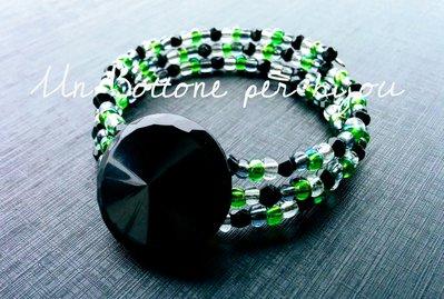 Bracciale con bottone vintage nero ,di vetro,perline di vetro