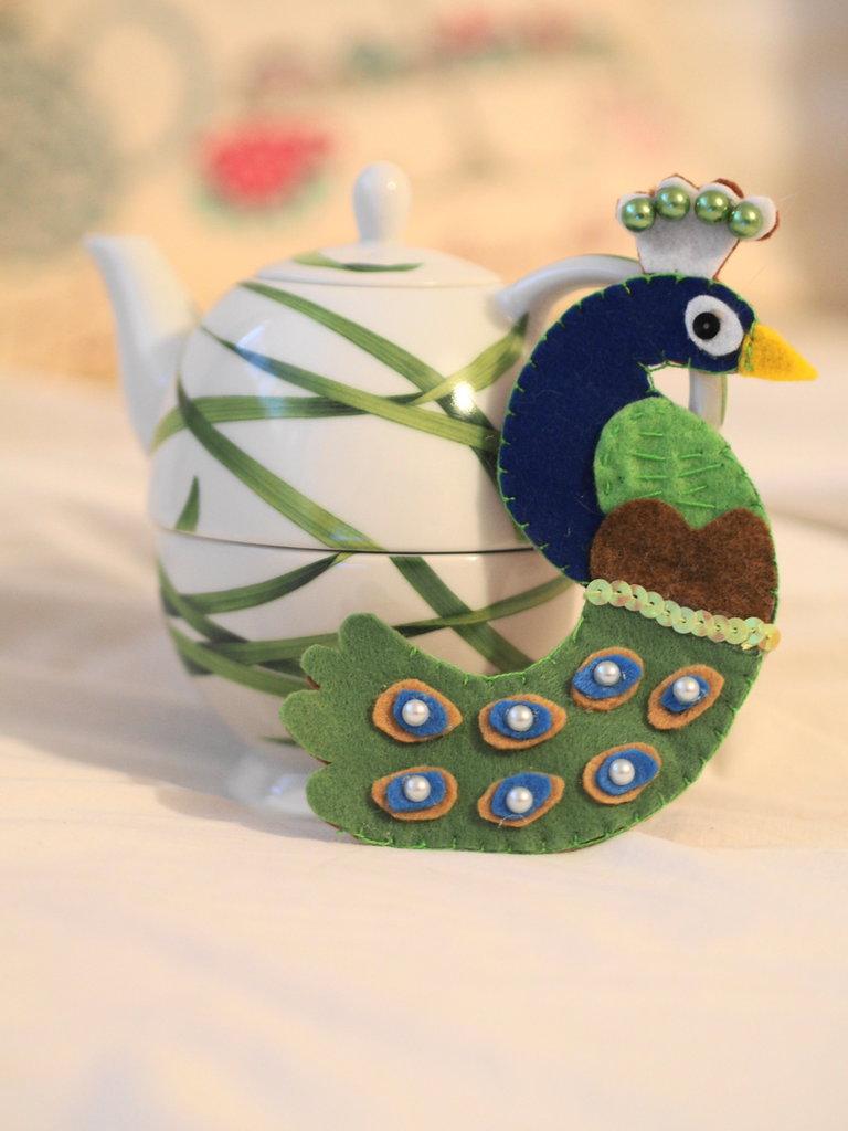 Spilla in feltro.PAVONE.Aggiunta di paillettes e diverse perle.Gioiello,accessorio donna.Toni del blu,verde,turchese.Fatta a mano