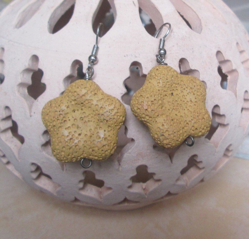 Orecchini pendenti in pietra pomice gialla forma fiore
