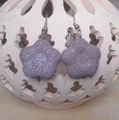 Orecchini pendenti in pietra pomice viola forma fiore