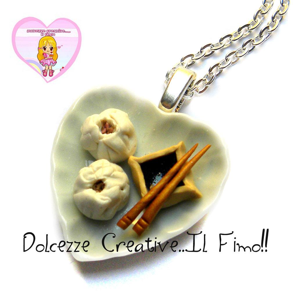 Collana piatto cuore Ravioli cinesi al vapore dumplings, salsa di soia e bacchette