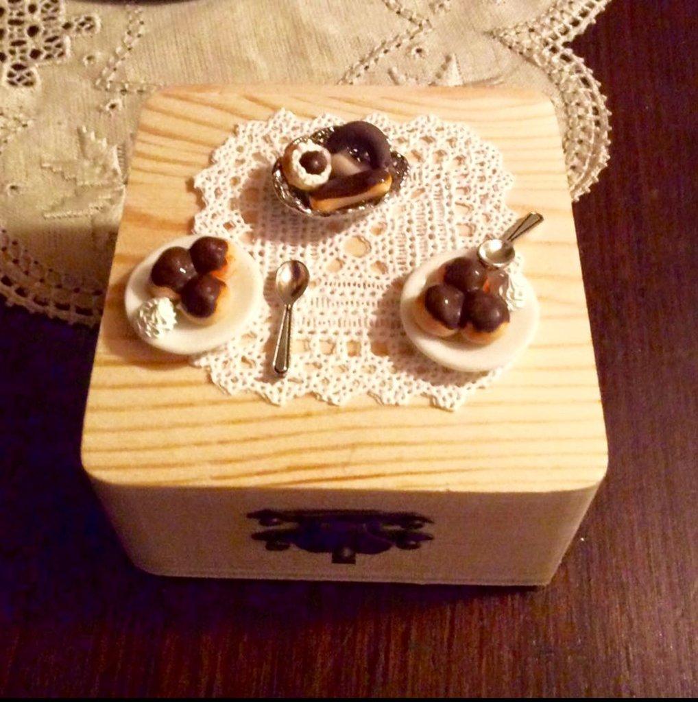 Scatolina in legno con miniature dolci