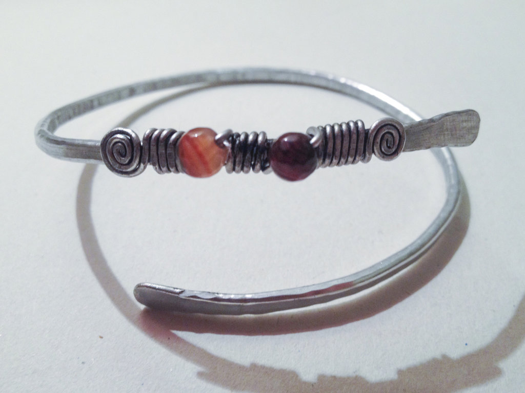 BRACCIALE WIRE COLOR ALLUMNIO CON PERLINE
