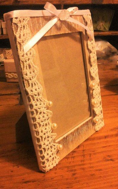 Cornice porta foto in stile shabby con base in legno e decorazzione con pizzo all'uncinetto ecru perle e nastro bianco