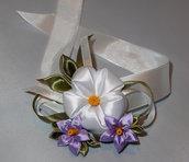 Corsage kanzashi con fiori bianchi e lilla.
