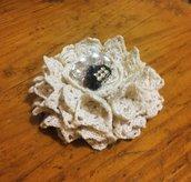 decorazione fiore realizzato con centrini vintage in pizzo all'uncinetto e bijoux centrale piccola corona con diamantini