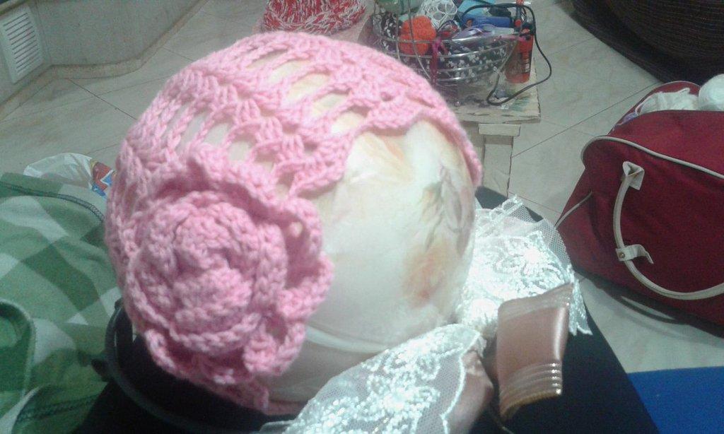 Capello ad uncinetto rosa
