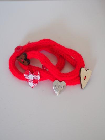 Bracciale dell'AMORE.Regalo per S.Valentino.Bracciale da donna,3 fili,maglia in lana rossa tubolare.Aggiunta di 7 dettagli a tema amore.Personalizzabile anche per uomo.Altri colori e ciondoli.