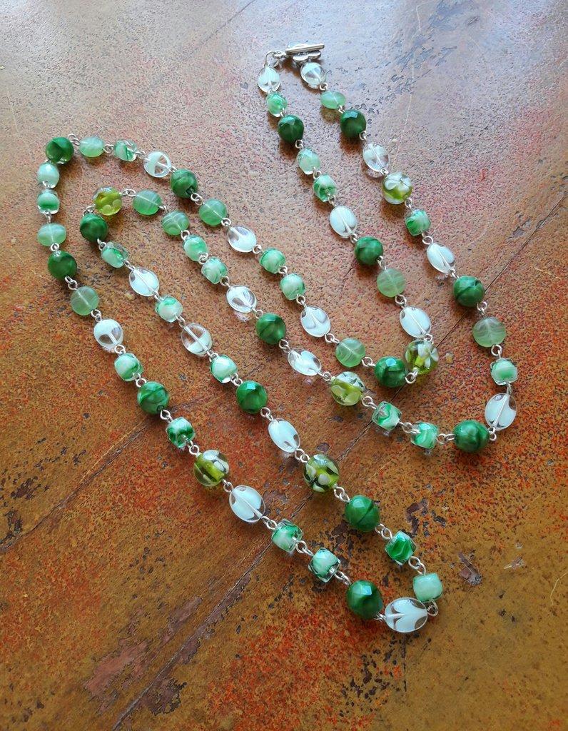 collana lunga verde con perle di vetro