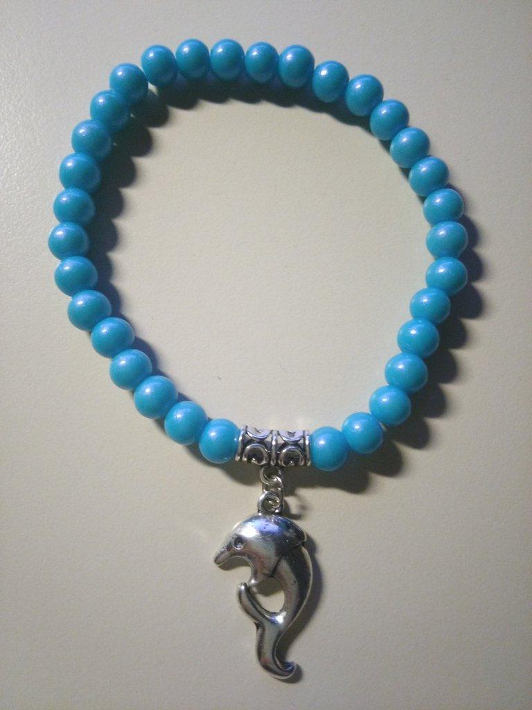 Braccialetto con perle rotonde azzurre con delfino