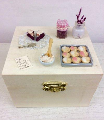 Scatola in legno decorata con miniature cucina