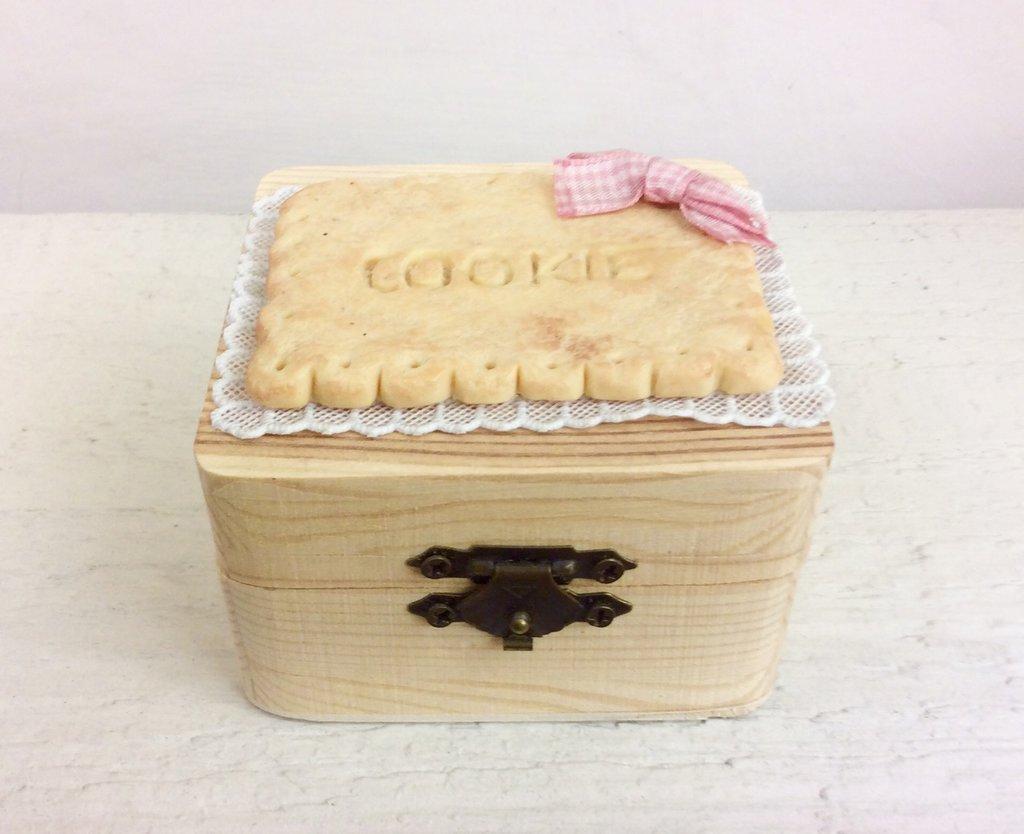 Scatolina in legno decorata a mano con biscotto in fimo