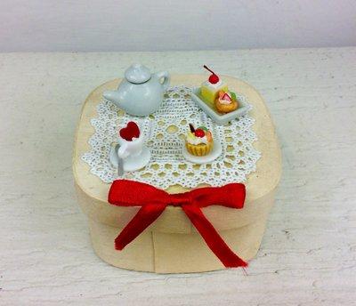 Piccola scatola decorata a mano con miniature