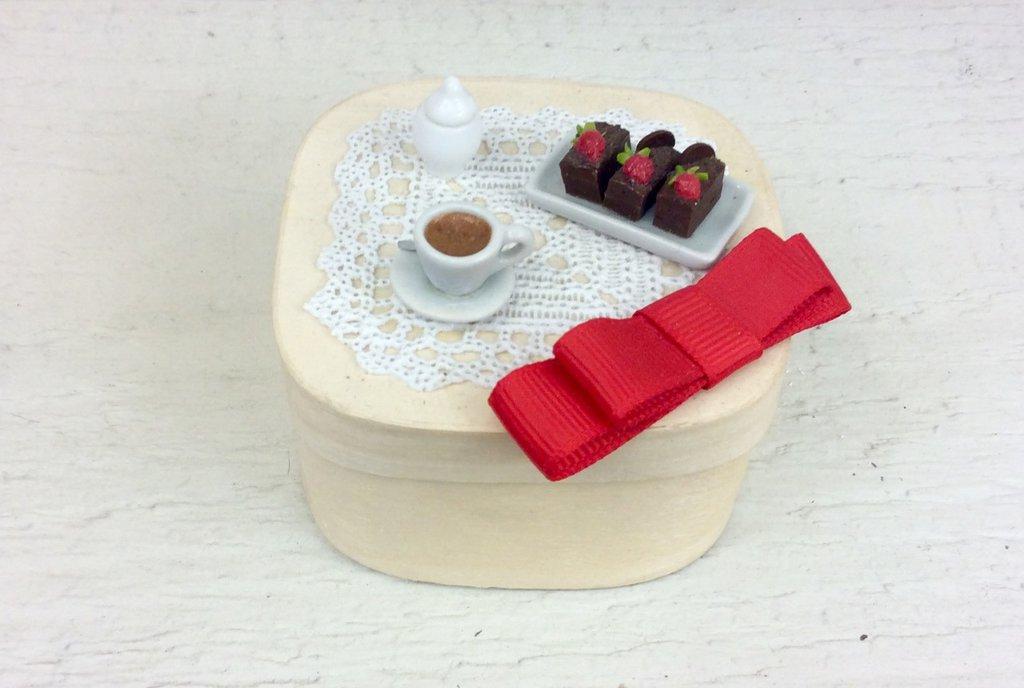 Piccola scatola decorata a mano con miniature colazione