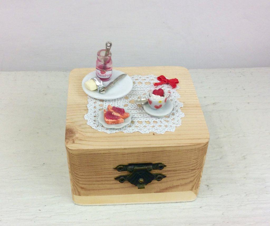 Scatola in legno decorata con miniature