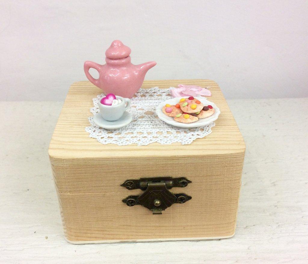 Scatola in legno decorata a mano con dolcetti in fimo