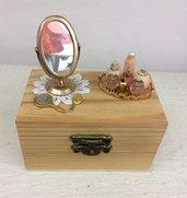 Scatola in legno decorata a mano con miniature dollshouse