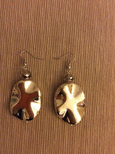 Un paio di orecchini metallo