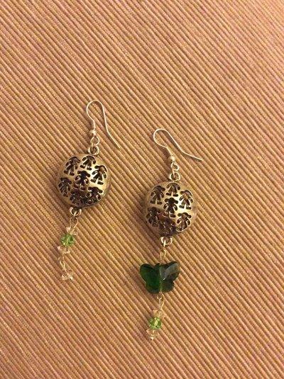 Un paio di orecchini diversi con farfallina