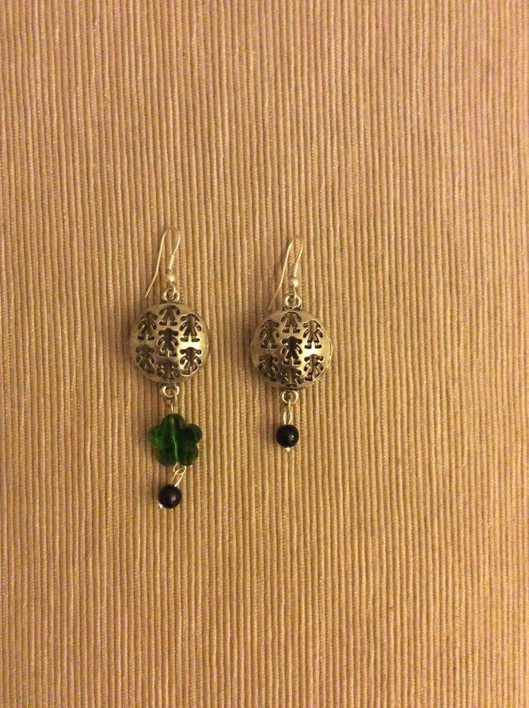 Un paio di orecchini diversi con fiorellino