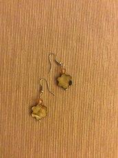 Un paio di orecchini con fiore