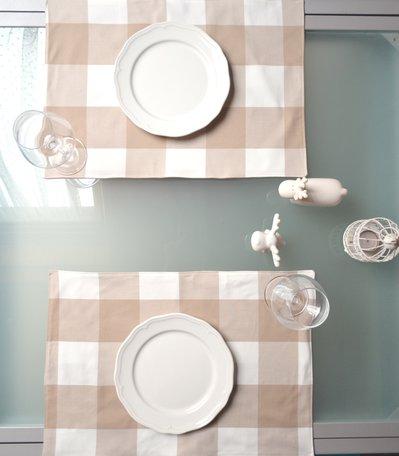 Set di tovagliette a quadri bianchi e beige