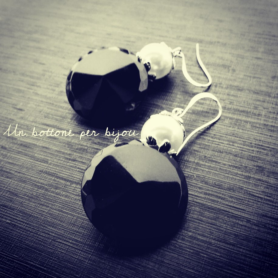Orecchini con bottoni vintage neri,di vetro,con perle in acrilico bianche