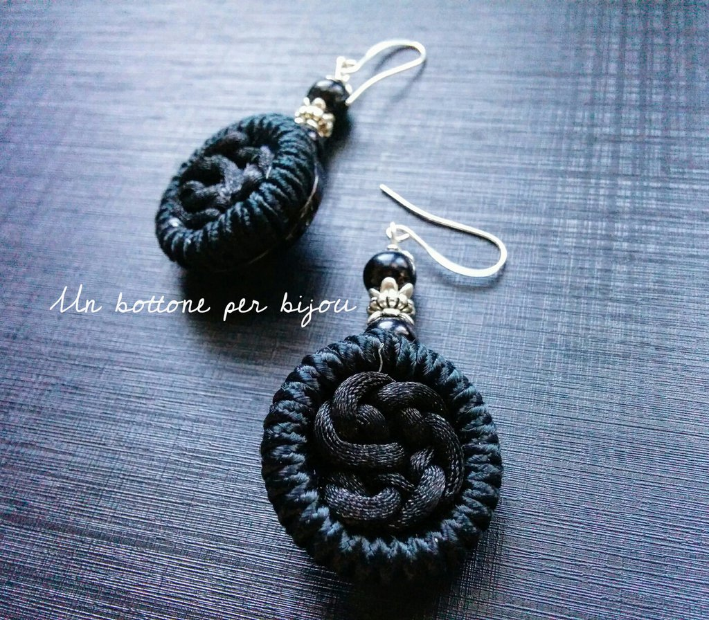 Orecchini con bottoni vintage neri in tessuto e plastica